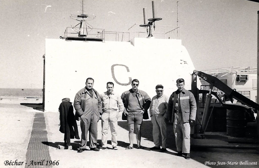 Groupe de techniciens de la base spatiale d'Hammaguir Colomb-Béchar avril 1966 LRBA
